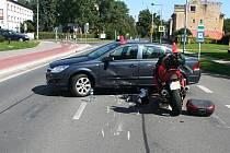 Motocykl postavili na silnici při vyprošťování ještě živého motorkáře. Přestože podle snímku nevypadá střet nijak nebezpečně, motorkář živý z kolize nevyvázl.