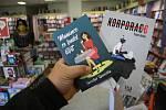 V době koronavirové krize se na pultech knihkupectví sešly dvě knihy krnovských autorů. Konvičkova Mamince se budeš líbit a KORPORACE Pavla Hénika.