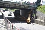 Polský kamion neprojel pod mostem přes Albrechtickou ulici v Krnově.