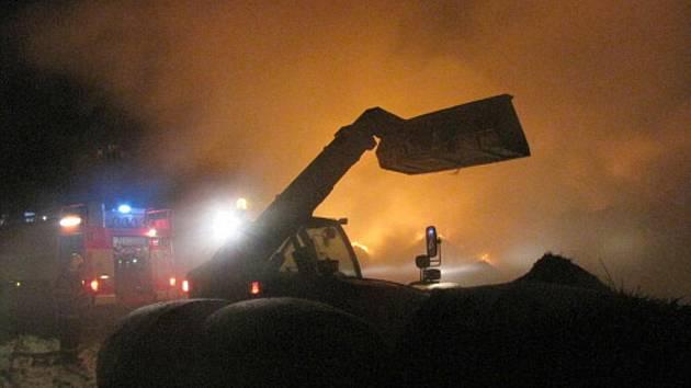 V Jamarticích u Rýmařova v pondělí v noci vypukl obrovský požár stohu slámy. Na místě zasahovalo devět jednotek hasičů.