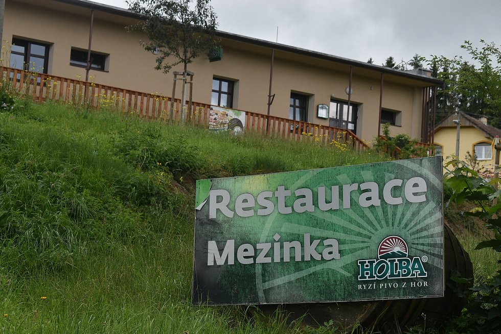 Mezina je dobrá adresa. Příměstská  obec v přírodě na břehu Slezské Harty leží pár kilometrů od Bruntálu.