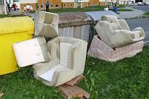 Vyskládaný nábytek se objevil před kontejnery na Květné ulici v Bruntále. Strážníci přiměli původce k jeho odvezení na recyklační dvůr.