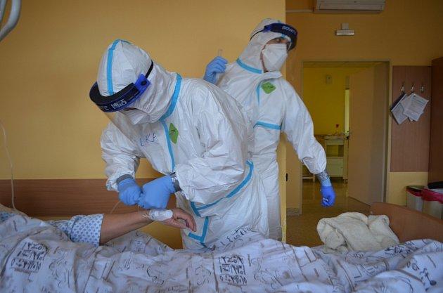 Zdravotníci SZZ Krnov se aktuálně starají odesítky pacientů se středně těžkým a těžkým průběhem onemocněníCovid-19.