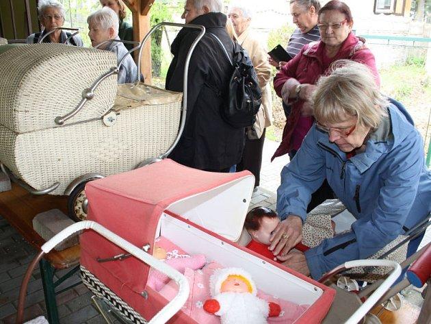 Zapojit hmat při prohlídce Muzea panenek není problém. Přesvědčil se o tom zájezd Sjednocené organizace nevidomých a slabozrakých.