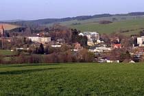 Huzová, považovaná za nejstarší osadu na Rýmařovsku, leží na hranici Olomouckého a Moravskoslezského kraje. V roce 1948 sem bylo násilně přesídleno přes 150 Chorvatů z jižní Moravy.