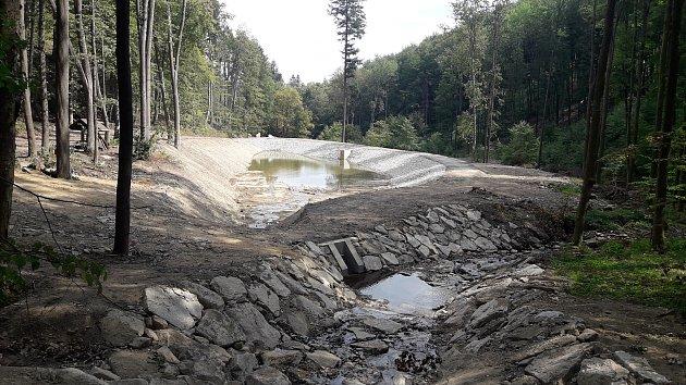 Ukamenného mostu se jmenuje nová nádrž na Hoštickém potoce uJavorníku.
