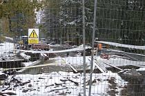 Výstavba mostu ve spodní části Karlovy Studánky zablokovala silnici.