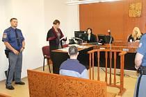 Obžalovaný Jan J. na lavici obžalovaných při čtení obžaloby státní zástupkyně Kateřiny Krčové (vlevo). Vpravo soudkyně Vladimíra Kikerlová.