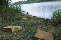Na březích přehrady Slezská Harta ponechávají nevychovanci z řad rybářů, turistů a plavců sprostě pohozeny hromady odpadků.
