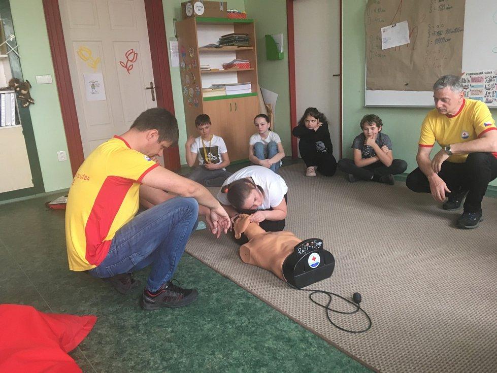 Členové bruntálské Vodní záchrané služby Českého červeného kříže připravili pro školáky na základní škole Petrin v Bruntále seminář o zásadách poskytování první pomoci.