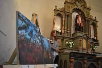Výstava v Hlince upozornila na malířský talent třináctileté školačky Adriany Pavlíkové a také na možnosti širšího využití kostela sv. Valentina. Říjen 2021.