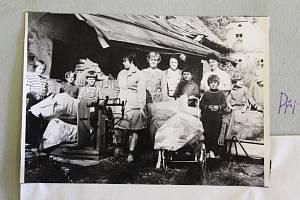 Žáci školy v Leskovci nad Moravicí se zapojili do brigády sběrem starého papíru. Fotografie pochází z archivu obce Leskovec nad Moravicí.