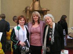 Úspěšná studentka Kateřina Kopecká se nechala v Praze při přebírání ocenění zvěčnit s herečkami Naďou Konvalinkovou a Květou Fialovou.