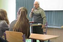 Krnovští gymnazisté zhlédli v rámci projektu organizace Člověk v tísni Příběhy bezpráví film Šel bych do toho znovu o odpůrci komunistické totality a pobesedovali s pamětníkem a historikem Vladimírem Bluchou.