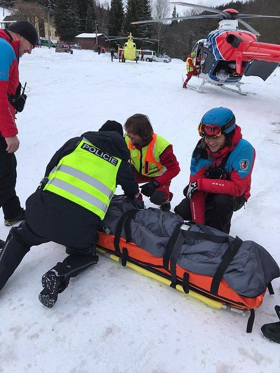 U zraněného třináctiletého lyžaře v Karlově zasahovali policisté, horská služba, lékaři - záchranáři i pilot vrtulníku.