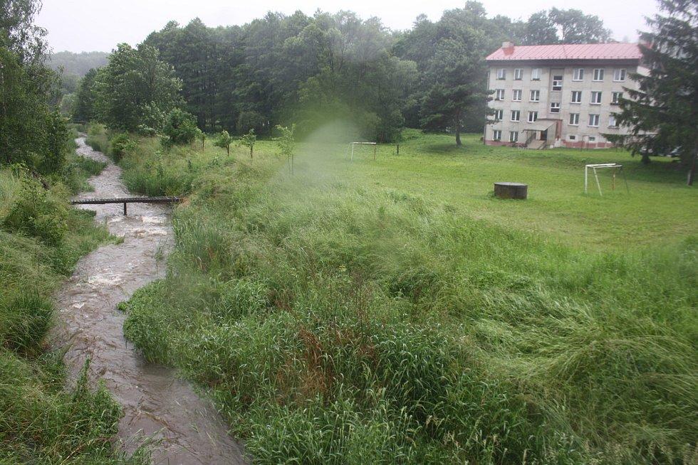 Občané Karlovic si mohou oddechnout. Kobylí potok byl bezpečně spoután suchou nádrží Jelení za 150 milionů korun. První povodňovou epizodu ve své historii nádrž zvládá excelentně.