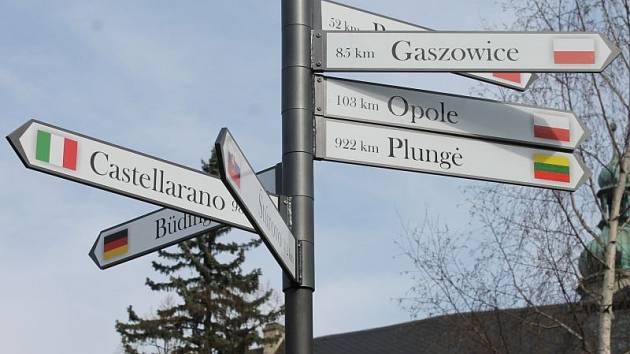 Kolik má Bruntál partnerských měst a jak jsou od Bruntálu tato města vzdálená, to už pár dnů ukazuje rozcestník, který se stal nedílnou součástí parčíku na Zámeckém náměstí.