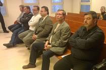 Šest obžalovaných v kauze brána borců se poprvé sešlo u soudu v Bruntále.