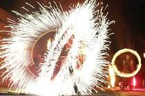 Strhující podívaná v podání skupiny Sígři. Diváci ohňovou show na Sovinci uvidí v pátek od 22 hodin.