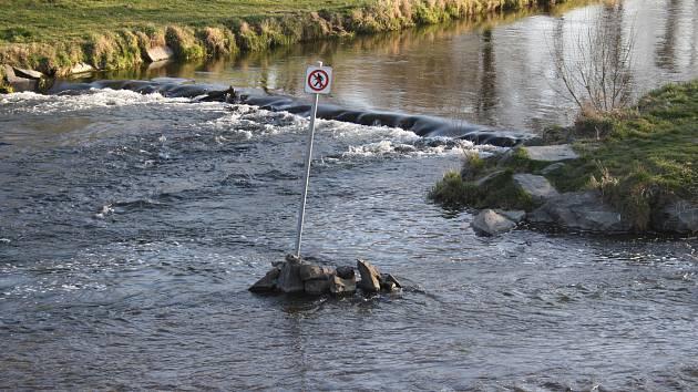 """Značku """"zakázaný brod"""" najdete v Krnově na soutoku řek Opavy a Opavice."""