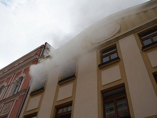Náhodné kolemjdoucí na krnovském náměstí zaskočila hasičská technika, dým stoupající z budovy městského úřadu a evakuace lidí. Naštěstí to bylo pouze hasičské cvičení.
