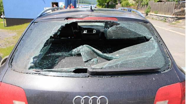 V Leskovci nad Moravicí prozatím neznámý pachatel poškodil popelnicí zaparkované Audi A6.