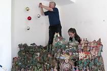 Kastelán Jaroslav Hrubý se svými spolupracovníky připravuje expozici betlémů a vánočních dekorací.