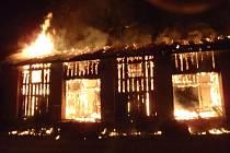 Požár skladovací haly ve Valšově.