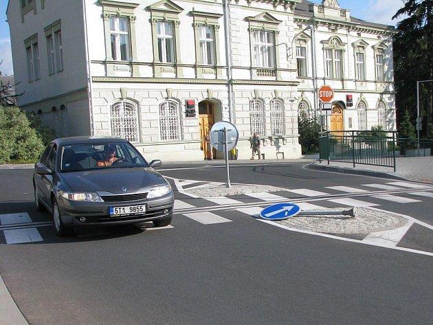 Vyvrácená značka, křižovatka Revoluční a Květné ulice.