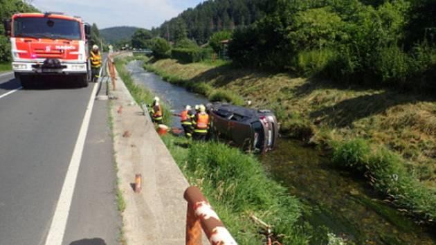 Auto bylo z potoka vytaženo pomocí vyprošťovacího speciálu.
