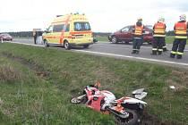 Hromadná nehoda osobního auta a tří motorek se stala dnes odpoledne na Bruntálsku. Dva motorkáři utrpěli lehčí poranění, třetí je zraněn těžce.
