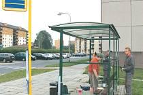 Květná ulice v Bruntále. Autobusová zastávka městské hromadné dopravy je místem, kde si mladí lidé přivydělávají na brigádě.