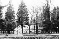 Historická fotografie bruntálského městského parku i s Roštím.