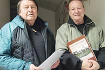 Předseda Spolku Přátelé Vrbenska Karel Michalus (vlevo) a jeho člen František Orth se při prezentaci v Podlesie pochlubili také historickou knihou, kterou vydali ve spolupráci s městem Vrbno pod Pradědem při příležitosti výročí čtyř set let města.