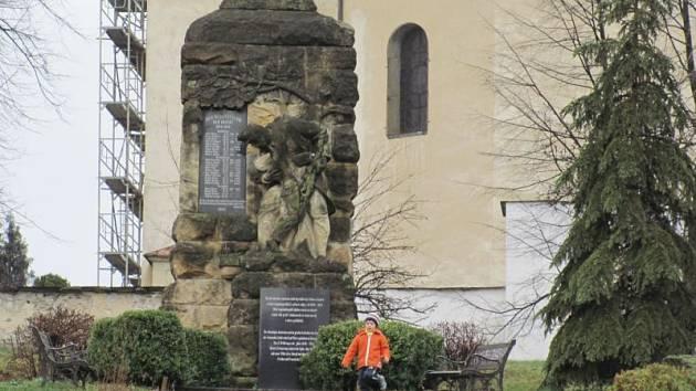 Památník bude mít brzy zase původní barvu pískovce.