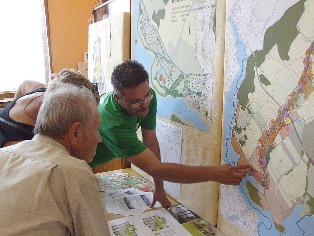 Bývalý představitel razovské radnice Bohumil Šujan (vlevo) se seznamuje s územními plány okolí přehrady Slezská Harta.