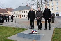 Pietní akt u památníku před gymnáziem k připomenutí 101. výročí vzniku samostatného československého státu.