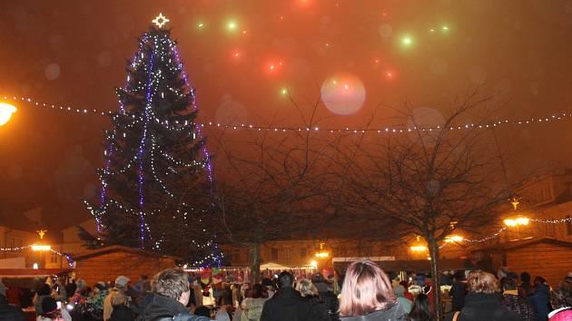 V Bruntále spojili rozsvícení vánočního stromu s ohňostrojem.