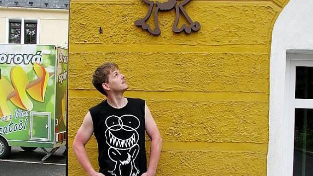 Tomáš Koňařík v tričku, které se stalo v Bruntále hitem. Zubatou žábu si už dal i na fasádu domu.