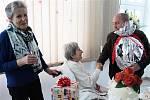 Stoletá Edith Veselá přijímá gratulace od zástupců města Krnova. Její rodiče vedli jesenickou chatu Alfrédka, a také ona miluje Jeseníky. Na snímku přijímá gratulace od zástupců města Krnova.