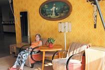 Reminiccenční místnost v krnovském domově je vybavena dobovým nábytkem, obrazy i fotografiemi, které seniorům pomáhají vzpomínat na dobu svého dětství a mládí.