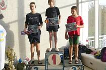 Bruntálští mladí plavci prokázali na Ceně Krnovska své kvality a odvezli si po skončení závodů cenné zkušenosti a pěkná umístění. Vpravo na stupních vítězů Roman Procházka.