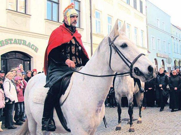 Do Krnova takto přijíždí sv. Martin na koni už několik let, aby si se zástupci farnosti a města připil Svatomartinským vínem a přijal symbolický klíč od bran města.