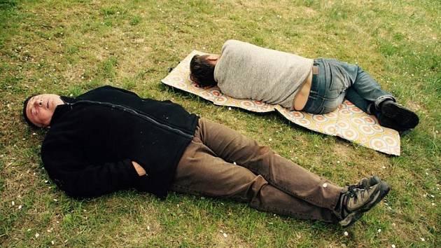 Krnovští herci Luboš Velička a Karel Martinec odpočívají o náročném noční natáčení.