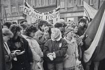 Výročí událostí listopadu 1989 si Krnov připomíná také fotografiemi a infopanely před gymnáziem.