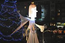 Vánoční jarmark na krnovském náměstí letos trval celých pět dní. Hlavní atrakcí bylo obří barokní divadlo, ve kterém vystupovaly pětimetrové loutky i herci na chůdách. Mezi užaslé Krnovany se také vydal třináctimetrový anděl a začal se procházet náměstím.