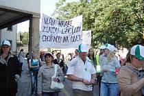 Skandující Krnované byli vybaveni píšťalkami a provokujícími transparenty. Zdravotníci si pro tuto příležitost nechali zhotovit i čepice s logem.