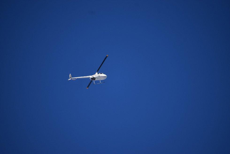 Na Pradědu byl mráz čtrnáct stupňů pod nulou, když se Deník vydal zkontrolovat hustotu leteckého provozu. Během hodiny se na nebi objevilo pět horkovzdušných balonů,paraglidista, vrtulník i letouny Cessna a Zlín.