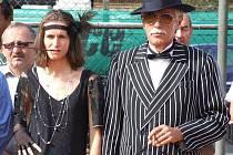 Vloni to byli mafiáni a hráči odění do módního oblečení třicátých až šedesátých let minulého století, kteří ovládli vrbenské kurty. Letos to mají být indiáni