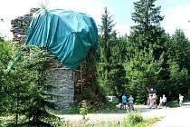 Bývalá pec. Dnes to vypadá jako hromada kamení, ale tohle bývala pec na tavení železné rudy. Dnes kolem ní chodí turisté při pochodech přes Drakov.